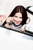 Mädchen im Cabriolet zeigt Autotaste Stockfoto