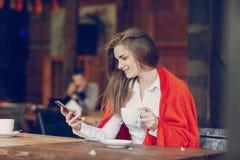 Mädchen im Café Lizenzfreie Stockfotos