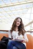 Mädchen im Campus stockfotos