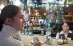 Mädchen im Coffee-room Stockfotografie