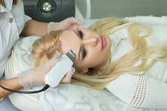 Mädchen im Cosmetology stockfotografie