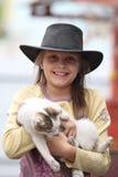 Mädchen im Cowboyhut Stockbild