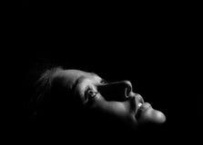 Mädchen im dunklen Monochrom lizenzfreie stockfotos