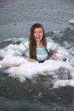 Mädchen im Eisloch erschrocken Stockfoto