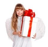 Mädchen im Engelskostüm mit Geschenkkasten. Lizenzfreie Stockbilder