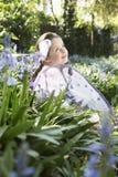 Mädchen im feenhaften Kostüm am Blumen-Garten Stockbilder