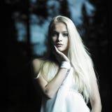 Mädchen im feenhaften Wald Lizenzfreies Stockbild
