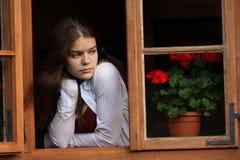 Mädchen im Fenster stockfotografie