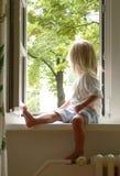 Mädchen im Fenster Stockfotos