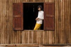 Mädchen im Fenster Lizenzfreies Stockfoto