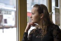 Mädchen im Fenster Stockbilder