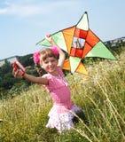 Mädchen im Fliegendrachen des grünen Grases. Lizenzfreie Stockbilder
