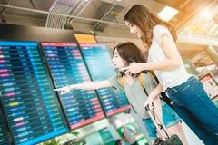 Mädchen im Flughafen Stockfotografie