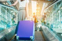 Mädchen im Flughafen Stockbild