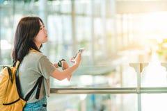 Mädchen im Flughafen Stockfotos