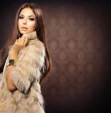 Mädchen im Fox-Pelz-Mantel lizenzfreie stockbilder