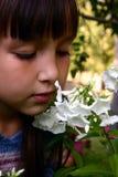 Mädchen im Garten Stockfotografie