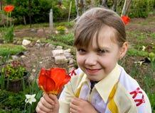 Mädchen im Garten mit Blumen Stockfoto