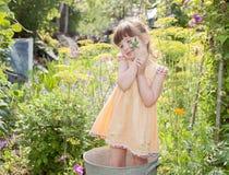 Mädchen im Garten am Sommerhäuschen im Sommer Stockfotos