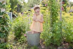 Mädchen im Garten am Sommerhäuschen im Sommer Stockbild