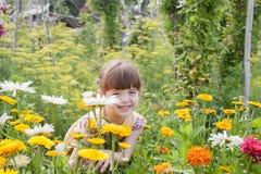 Mädchen im Garten am Sommerhäuschen im Sommer Stockbilder