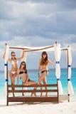 Mädchen im Gazebo auf dem Hintergrund des Ozeans Lizenzfreies Stockfoto