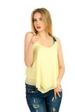 Mädchen im gelben T-Shirt, das im Studio aufwirft Lizenzfreies Stockfoto
