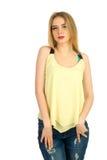 Mädchen im gelben T-Shirt, das im Studio aufwirft Stockbilder