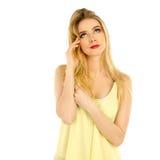Mädchen im gelben T-Shirt, das im Studio aufwirft Stockfotografie