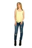 Mädchen im gelben T-Shirt, das im Studio aufwirft Lizenzfreie Stockbilder