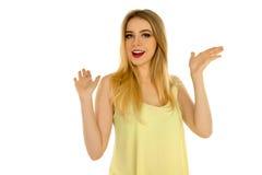 Mädchen im gelben T-Shirt, das im Studio aufwirft Lizenzfreies Stockbild