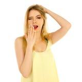 Mädchen im gelben T-Shirt, das im Studio aufwirft Stockfotos