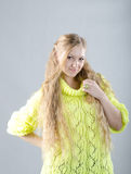 Mädchen im gelben Trikot Stockfotografie