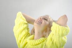 Mädchen im gelben Trikot Lizenzfreie Stockfotos