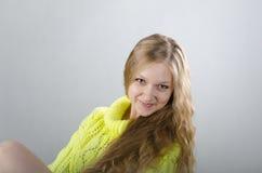 Mädchen im gelben Trikot Lizenzfreie Stockfotografie