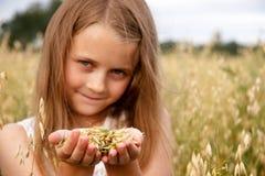 Mädchen im Getreidefeld Stockfoto