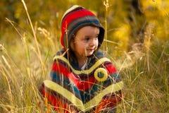 Mädchen im goldenen Wald stockbilder