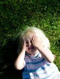 Mädchen im Gras Stockfotos