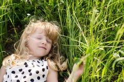 Mädchen im Gras Stockfoto