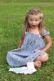Mädchen im grauen Kleid schreiend Lizenzfreies Stockfoto