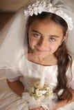 Mädchen im heilige Kommunion-Kleid mit Kerze Lizenzfreies Stockfoto