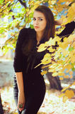 Mädchen im Herbstgarten Lizenzfreie Stockbilder