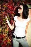 Mädchen im Herbstgarten Lizenzfreies Stockbild