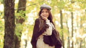 Mädchen im Herbstgarten Schöner Autumn Woman mit Autumn Leaves auf Fall-Natur-Hintergrund stock footage