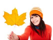 Mädchen im Herbstorangen-Ahornblatt. Fallrabatt. Lizenzfreie Stockfotografie