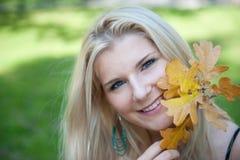 Mädchen im Herbstpark Stockbilder