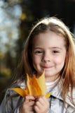 Mädchen im Herbstpark Stockfoto