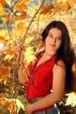 Mädchen im Herbstpark Lizenzfreie Stockfotografie