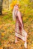 Mädchen im Herbstwald Stockbilder