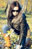 Mädchen im Herbstwald Stockbild